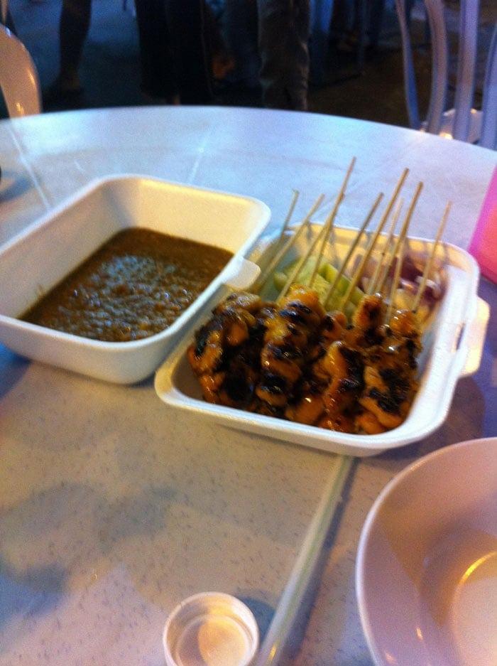 Viajar barato: Palitos de pollo en una calle de Kuala Lumpur, Malasia